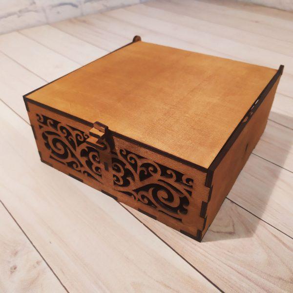 Подарочная коробка гравировкой резная